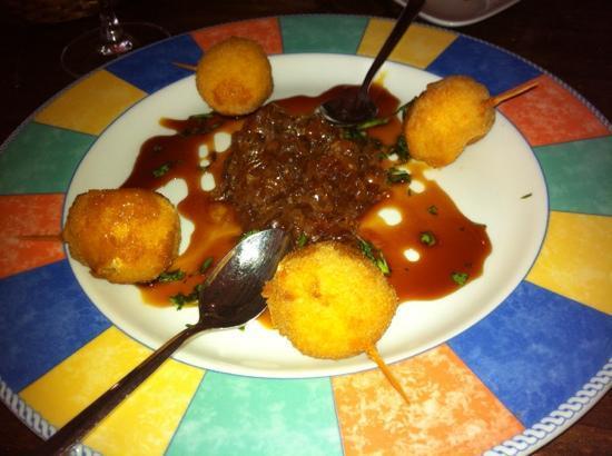 Tasca Tierras del Sur: Bolitas de queso con miel de palma y cebolla caramelizada