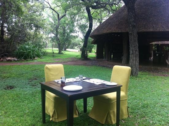 Dulini Lodge: lunch time.. they put tables to different areas each time