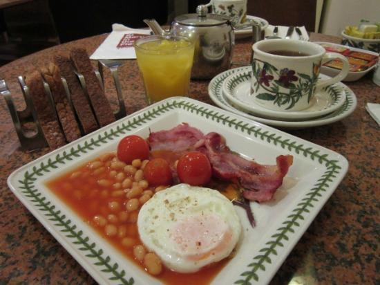 Jesmond Hotel: COOKED-TO-ORDER FULL BREAKFAST. I DECLINED THE SAUSAGE, AND ASKED FOR EXTRA BACON.