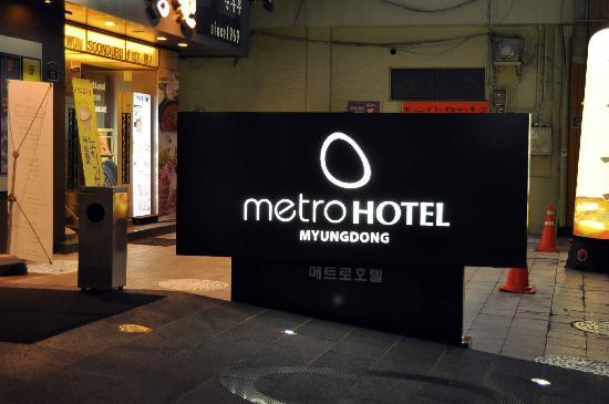 Metro Hotel: Outside sign