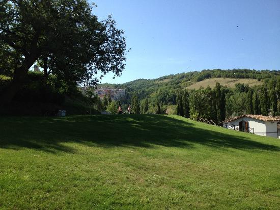 Villa Castoriana: parco intorno alla struttura