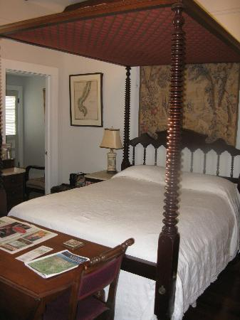 Stone House Musical B&B: One of two beds in Cottage