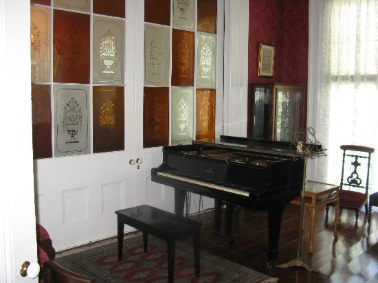 J.N. Stone House Musicale B&B: Parlour and pianr