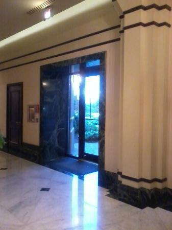 Hilton Atlanta Northeast: Lobby & Hotel Entrance/Exit