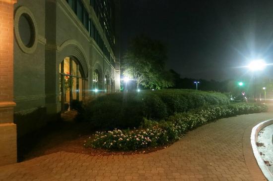 Hilton Atlanta Northeast: Outside The Hotel