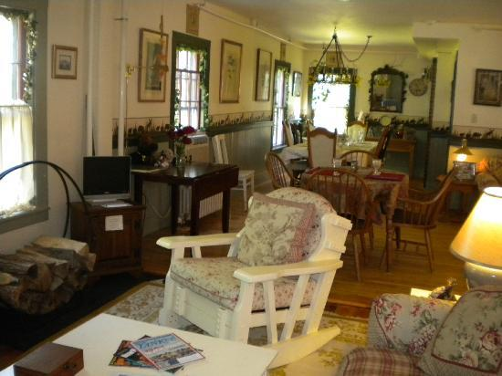 Spruce Moose Lodge and Cottages: the lounge and breakfast area