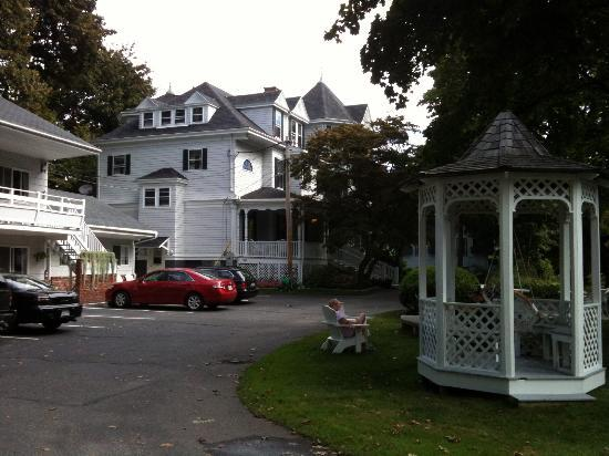 Moseley Cottage Inn and Town Motel: Victorian B&B and gazebo