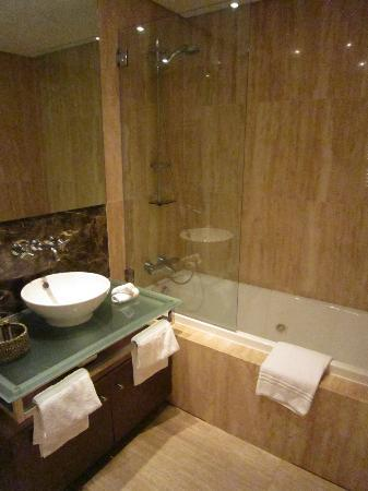 Monte Santo Resort: 2 bed apartment: bathroom 1