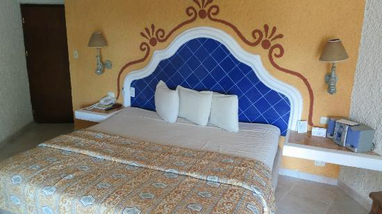 Casa del Mar Cozumel Hotel & Dive Resort: my giant bed
