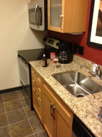Residence Inn St. Louis Galleria: Kitchen - full fridge/freezer is to the right out of the shot.