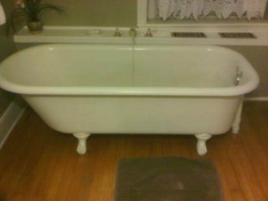 Banberry House Bed and Breakfast: bath tub