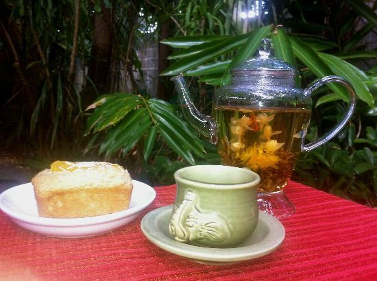 2Sisters Restaurant: Enjoying a blossom Tea in the rainforest dining
