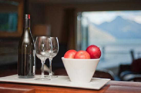 Queenstown House Boutique Bed & Breakfast & Apartments: Enjoy pre dinner hosted hospitality hour