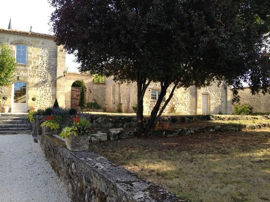 Chateau Claud-Bellevue: Peaceful garden.