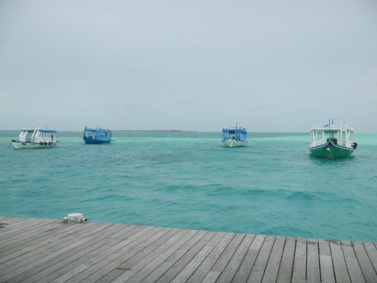 Cinnamon Hakuraa Huraa Maldives: Hotel boats at end of pier
