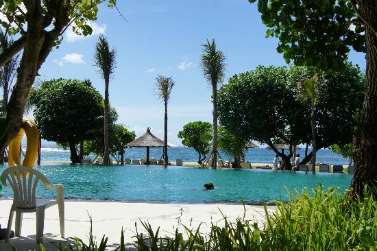 Ayodya Resort Bali: Swimming pool near beach
