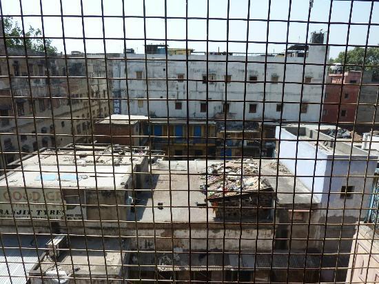 New Royal Hotel: vista dal balcone..con griglia..