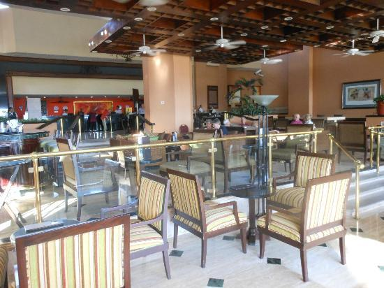 Marriott Puerto Vallarta Resort & Spa: Inside bar area. Complimentary welcome drink for me!