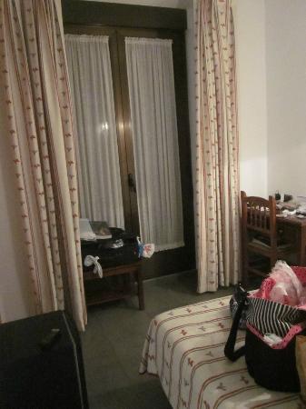Hostal Ivor: Room/balcony doors