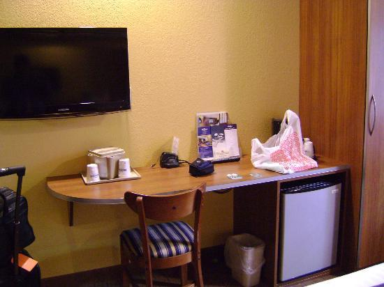 Microtel Inn & Suites by Wyndham Chili/Rochester Airport: Desk area with fridge and coffeemaker