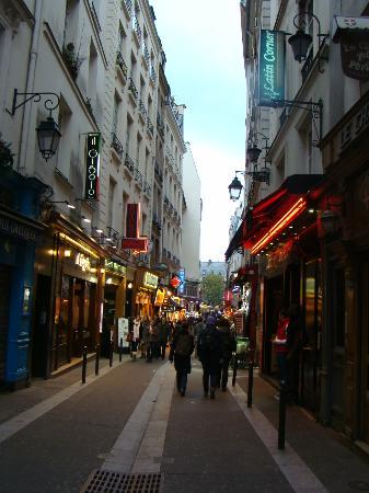 Hotel du Mont Blanc: calle la huchette donde esta ubicado el hotel