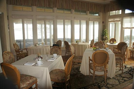 The Chanler at Cliff Walk: The dining room off the bar area where we had breakfast.