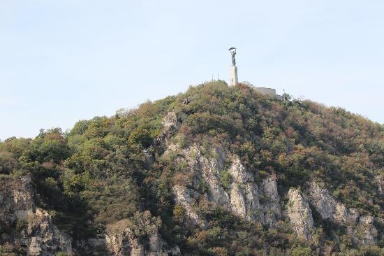 Gellert ås og statue: Gellert Hill from afar