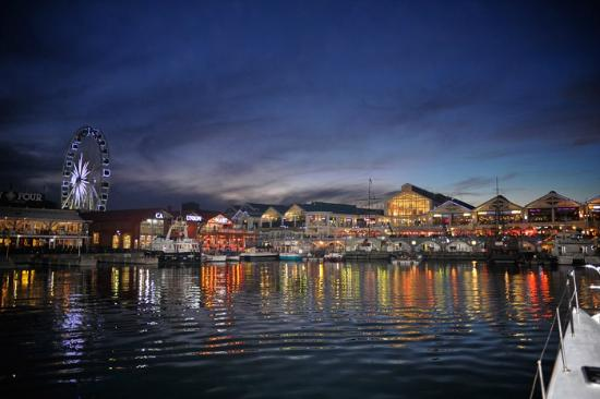 Queen Victoria Hotel & Manor House: Cape Town Waterfront at night