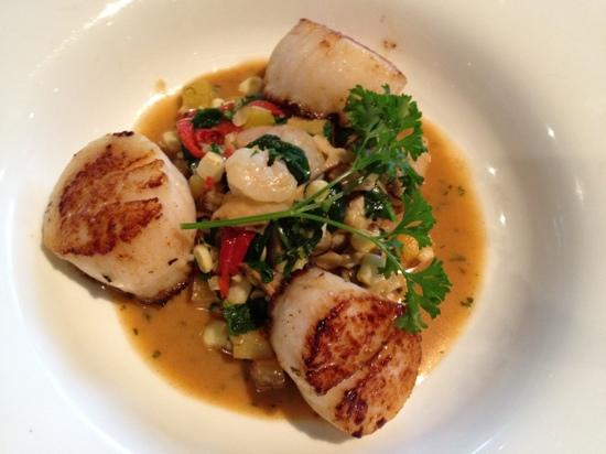 Jamaica Bay Inn: seared scallops at restaurant