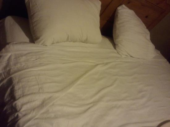 Howard Johnson Inn And Suites San Diego Area/Chula Vista : exactly how the bed was when i removed the ugly bedspread