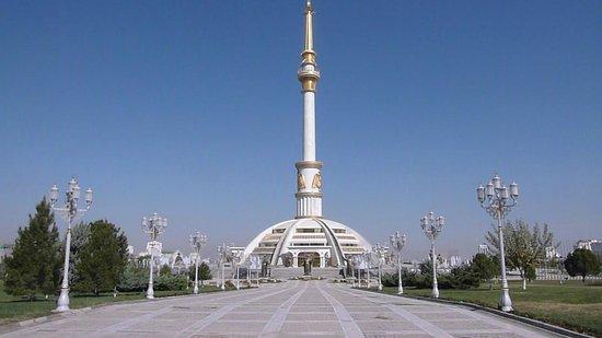 Unabhangigkeitsdenkmal : Gigantismus ohne erkennbaren Sinn - Unabhängigkeitsdenkmal Ashgabat
