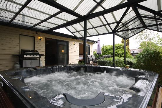 Top of the Range Retreat: Hydrotherapy Jacuzzi