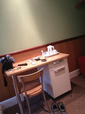 Gower House Hotel: Desk with the hot water heater for tea and coffee