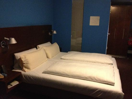 Belle Blue Hotel: The bed, with bathroom and closet and entrance in the back