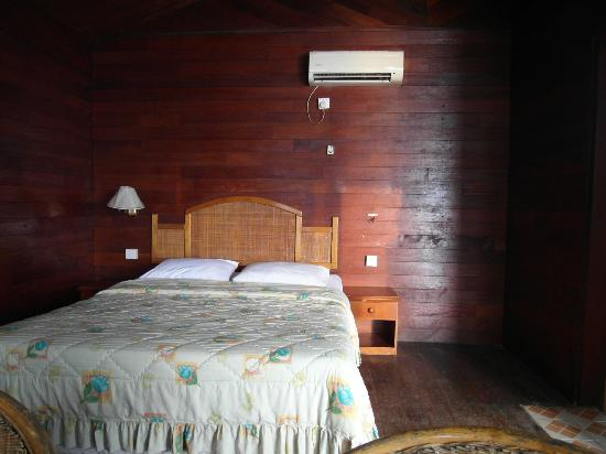 Cavery Beach Hotel: Inside our bungalow