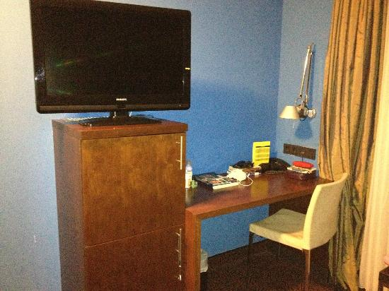 Belle Blue Hotel: Tv and desk opposite sitting area