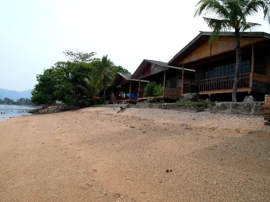 Cavery Beach Hotel: Bungalows on the beach