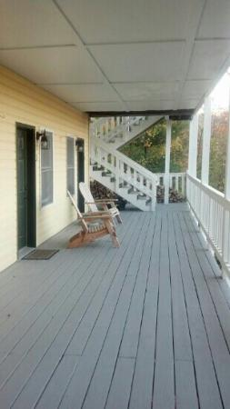 The Inn at Elk River: The cozy porch right outside of the rooms! with an excellent view!