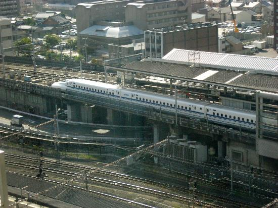 ‪هوتل جرانفيا كيوتو: View of Shinkansen from room‬