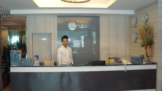 myhotel Pratunam: Mr Aot near the reception