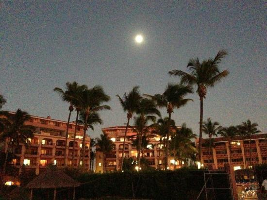 Torres Mazatlan Resort: Moon over the resort (picture taken from vacant lot)