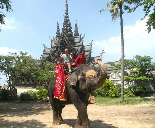 Sanctuary of Truth (Prasat Sut Ja-Tum): Me on elephant