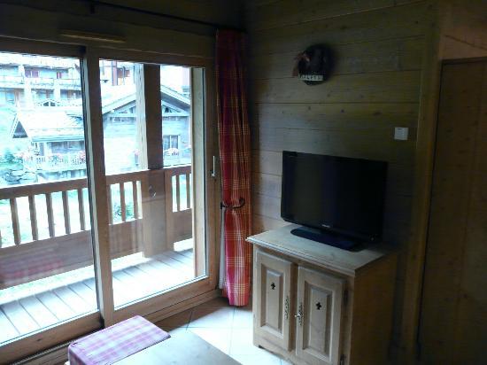 Résidence CGH Les Fermes de Sainte Foy: Salon avec écran plat (vue sur pistes)