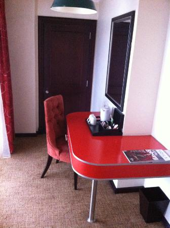 The Soweto Hotel on Freedom Square: Desk area