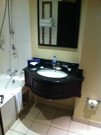 The Soweto Hotel on Freedom Square: Bathroom