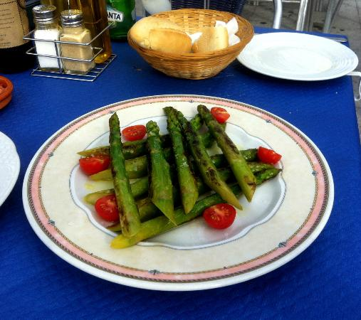 Bar Virtudes: Grilled green asparagus - excellent value and very fresh