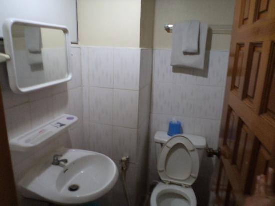 Nice Day Hotel: Bathroom