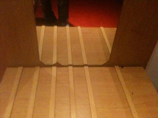 Hotel Milano: miroir casse dans la chambre
