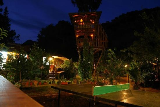 """Kibala Hotel: vue nocturne d'une des deux cabanes """"chill out"""""""