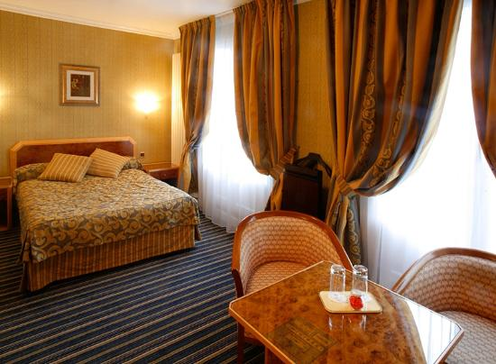 Hotel Atala Champs Elysees: Superior Paris Room with balcony and view of the Sacre Coeur